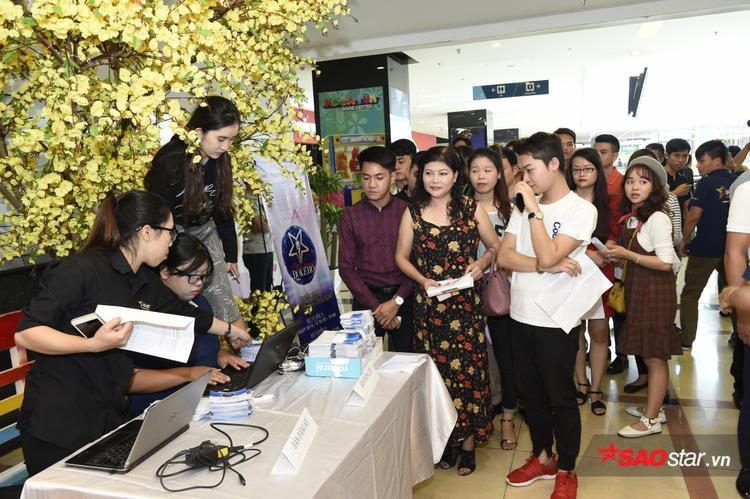 Hình ảnh thí sinh đầu tiên nhận hồ sơ đăng ký cuộc thi.