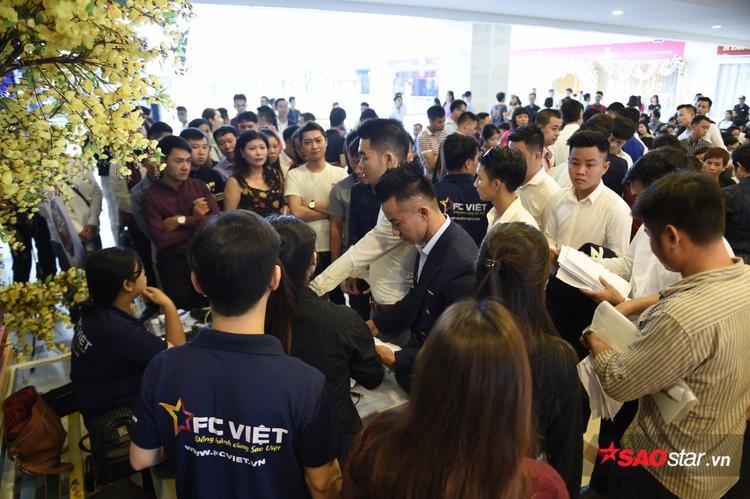 Các thí sinh có mặt tại tầng 3 để nhận hồ sơ đăng ký dự thi.