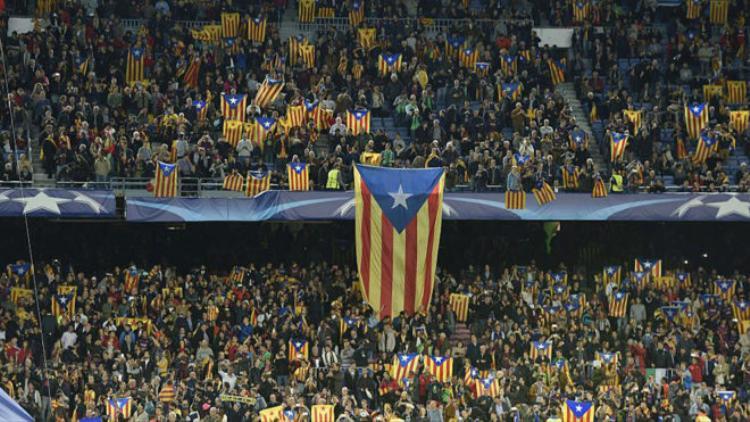 Cờ xứ Catalan giăng đầy trên khán đài tại Champions League.