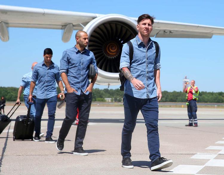 Lionel Messi và Javier Mascherano đi sau anh đều không tỏ thái độ về việc Catalan ly khai Tây Ban Nha.