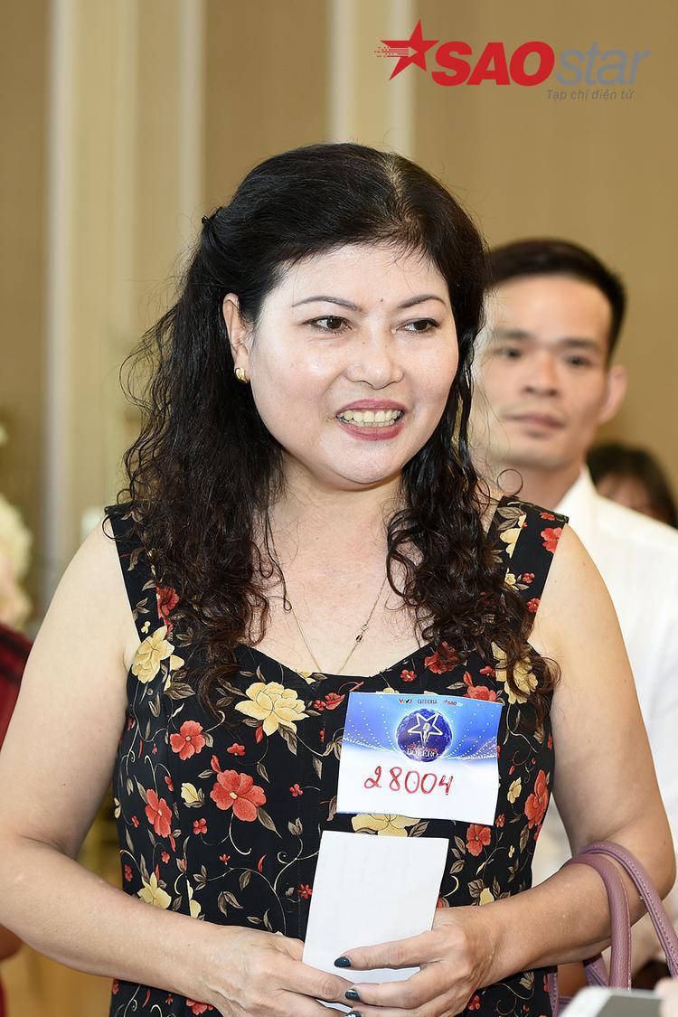 Cô Thành (56 tuổi) - một trong những thí sinh lớn tuổi nhất tham dự cuộc thi. Không những vậy, cô còn là thí sinh nhận hồ sơ đăng ký sớm nhất khi lựa chọn đi thang bộ, trước khi các thí sinh khác vào sảnh để lên thang cuốn tiến đến hội trường tầng 3 nơi diễn ra cuộc thi.