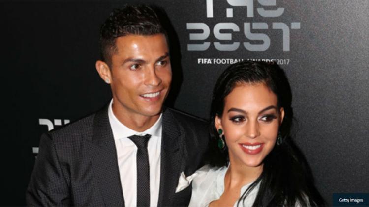 """Ronaldo cùng Georgina Rodriguez đã tổ chức """"truyền hình trực tiếp"""" để tiết lộ tên con gái."""