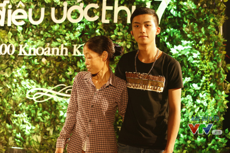 Mẹ Hoa và Thắng chụp ảnh trong ngày ghi hình Điều ước thứ 7.