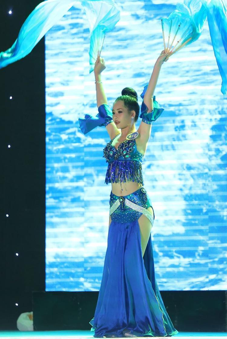 Phần thi tài năng múa quạt dưới mưa thuyết phục ban giám khảo của Ngân Anh.