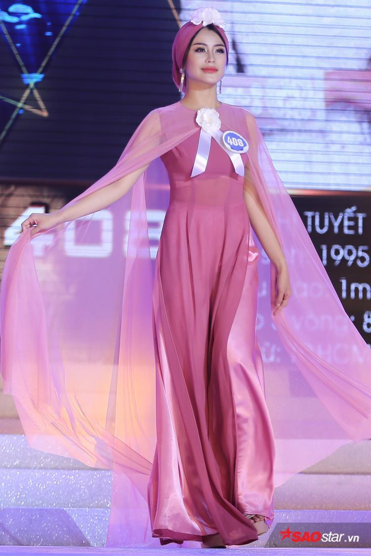 """Phần thi đầu tiên của đêm chung kết Hoa hậu đại dương 2017 là phần thi trang phục áo dài được thiết kế bởi NTK Võ Việt Chung, bộ sưu tập mang tên Món quà của đại dương. Trên nền nhạc ca khúc """"Biển tình"""", 30 thí sinh thể hiện khả năng catwalk của mình với thần thái đầy tự tin."""