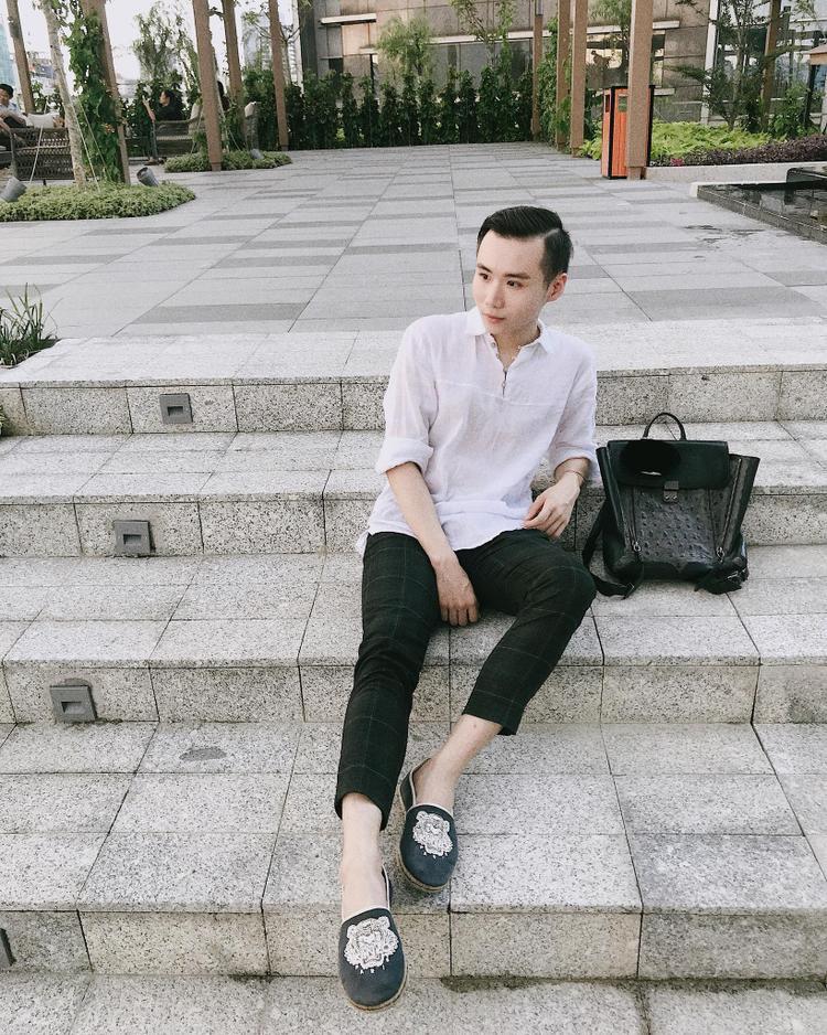Cậu bạn chọn cho mình outfit đơn giản với sơmi trắng và quân tây caro. Ảnh: @kelvintuananh