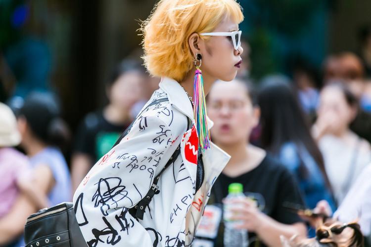 Ngoài trang phục cá tính, mái tóc vàng cam nổi bật, tín đồ thời trang này còn biết tạo sức hút bằng phụ kiện hoa tai ấn tượng.