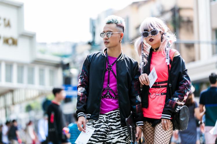 Stylist 9x Hữu Anh Zoner (trái) - người từng lọt vào mắt xanh của tạp chí Vogue tại Seoul Fashion Week cũng có mặt tại phố đi bộ Hồ Gươm sáng nay vớistreet style chất lừ.