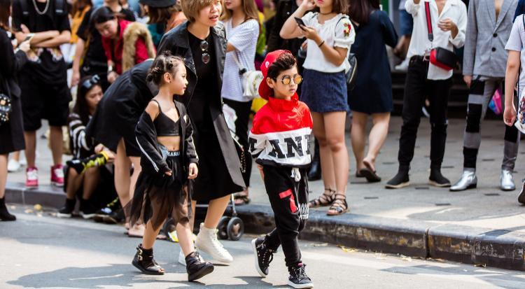 Tín đồ thời trang nhí sải bước cực ngầu trên đường phố.
