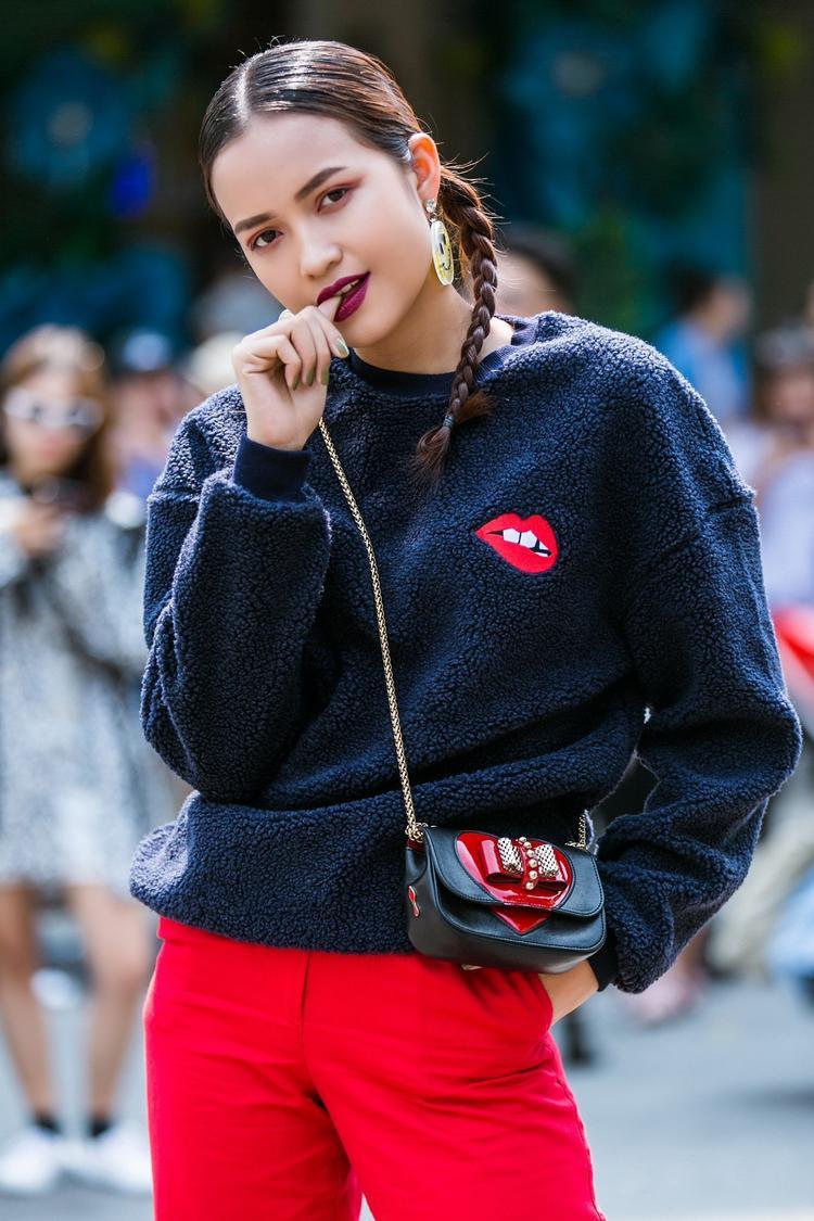 Ngọc Châu nhấn nhá phụ kiện đơn giản là hoa tai biểu tượng Smile cùng túi đeo chéo mini nhưng vẫn vô cùng thu hút.