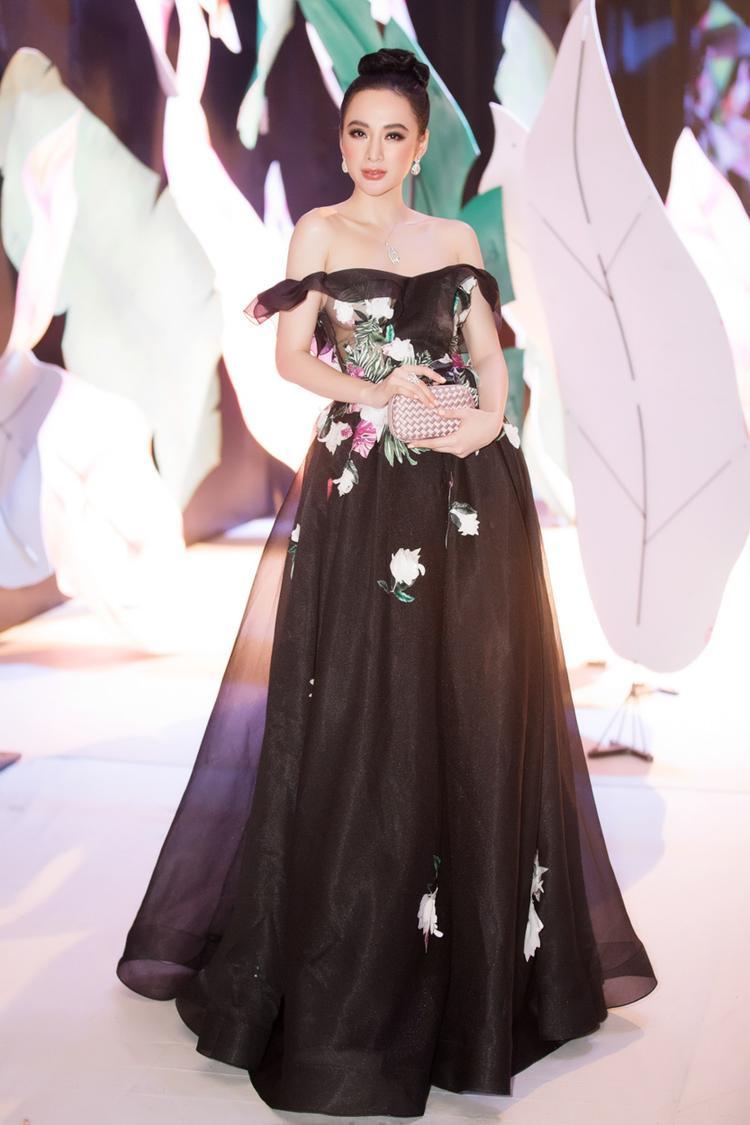 """Tham dự một sự kiện thời trang tại Hà Nội ngày 28/10, """"Nữ hoàng thảm đỏ"""" Angela Phương Trinh bỗng chốc hóa thân thành công chúa kiêu kì khidiện hẳn bộ trang sức hơn 2,5 tỷ đồng chứng tỏ độ sang trọng, đẳng cấp của một ngôi sao."""