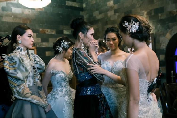 """Cùng là HLV non nớt của The Face Việt Nam 2016, tuy nhiên sự """"chân chất"""" của Lan Khuê khiến cô nàng dường như lọt thỏm giữa 2 HLV Hà Hồ - Phạm Hương. Nhưng kết quả thì sao, Lan Khuê nhận được sự ủng hộ đông đảo."""