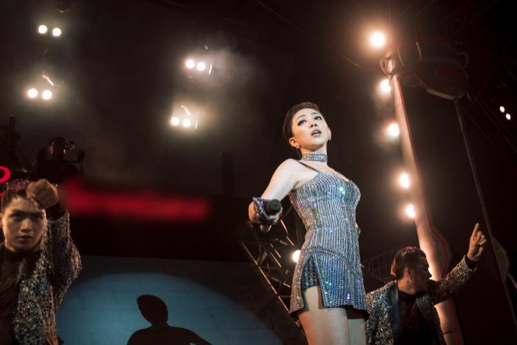 Góp mặt trong đêm nhạc, Tóc Tiên gây ấn tượng với bộ trang phục đính đá không thể ngầu hơn.