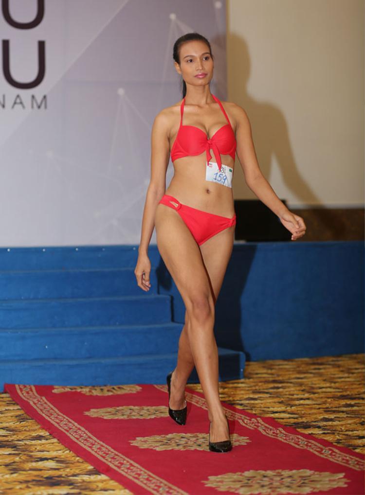 """Cùng năm, cô """"chinh chiến"""" tại Siêu mẫu Việt Nam 2015 nhưng chỉ dừng chân tại chung kết mà không gặt hái được bất kỳ… giải thưởng có số nào."""