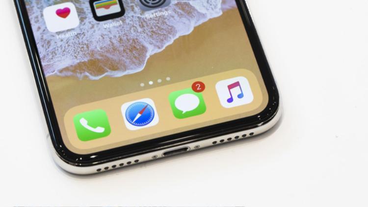 Một số cửa hàng tại Việt Nam đã bắt đầu rục rịch cử người sang Singapore xếp hàng chờ mua iPhone X. Bên cạnh Hong Kong, đây là thị trường có phân phối iPhone X đợt đầu gần Việt Nam nhất. Đối với nhiều cửa hàng, có iPhone X không chỉ là vấn đề lợi nhuận mà còn là mục tiêu làm hình ảnh, thương hiệu.