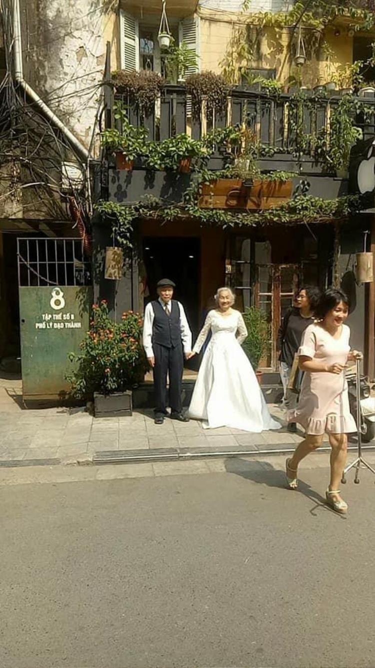 """Cặp đôi """"ông bà anh"""" chụp ảnh cưới trên phố Lý Đạo Thành."""