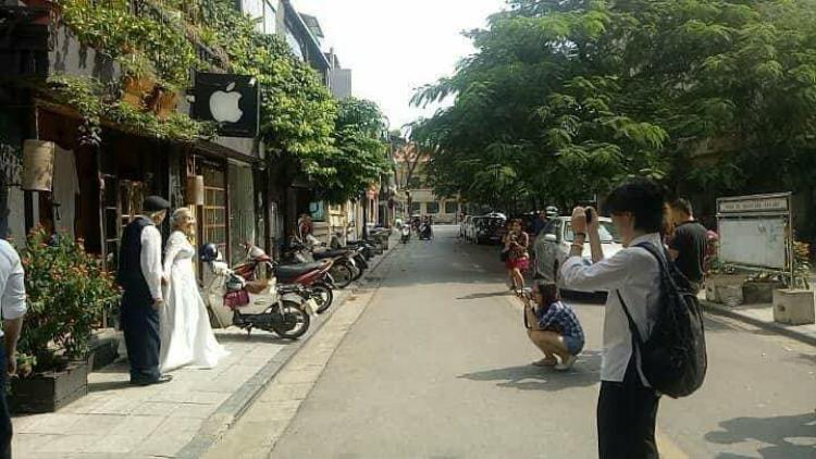 Dân mạng phát ghen vì cặp đôi ông bà anh dẫn nhau lên phố chụp ảnh cưới cực tình tứ