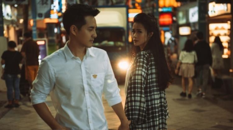 Nội dung MV lột tả những cảm xúc đau khổ, giằng xé cãi vã đến rơi nước mắt của cặp đôi vàng showbiz khi chuyện tình cảm gặp vấn đề trục trặc.