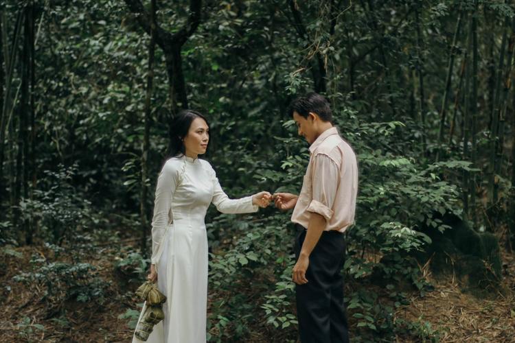 """Câu chuyện MV xoay quanh mối tình nhẹ nhàng, đầy ắp kỷ niệm giữa """"cô giáo"""" Mỹ Tâm và """"chàng lính"""" Mai Tài Phến trong thời kì đất nước chiến tranh, loạn lạc. Tuy nhiên, do hiểu lầm nên cuối cùng chuyện tình ấy đã không thành."""
