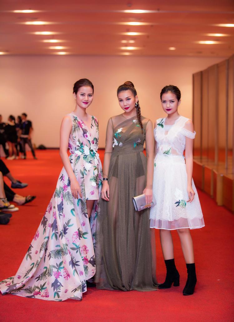 Siêu mẫu nổi bật khi đọ dáng cùng hai quán quân xuất thân từ Next top, Hương Ly và Ngọc Châu.