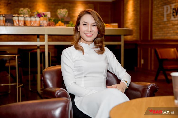 Diện áo dài trắng để xuất hiện cùng diễn viên Mai Tài Phến - nam chính trong MV, Mỹ Tâm nhanh chóng trở thành tâm điểm của sự kiện.