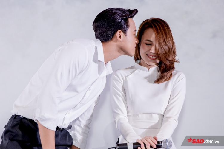 Trước lời yêu cầu cùng những tràn vỗ tay cổ vũ không ngớt của hàng trăm fans cùng đạo diễn Nguyễn Tuấn Anh, Mỹ Tâm và nam diễn viên chính Mai Tài Phến đã thể hiện lại cảnh hôn trong sự hò reo nhiệt tình của mọi người.