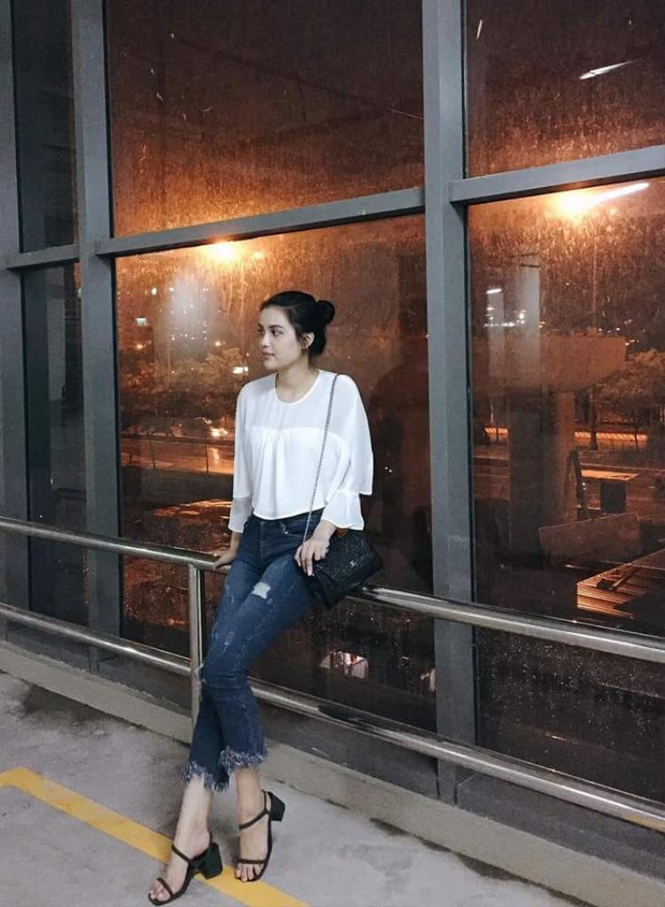Gout thời trang của người đẹp cũng còn khá đơn điệu, chỉ là những item cơ bản như áo xô trắng, form rộng, quần jean,…