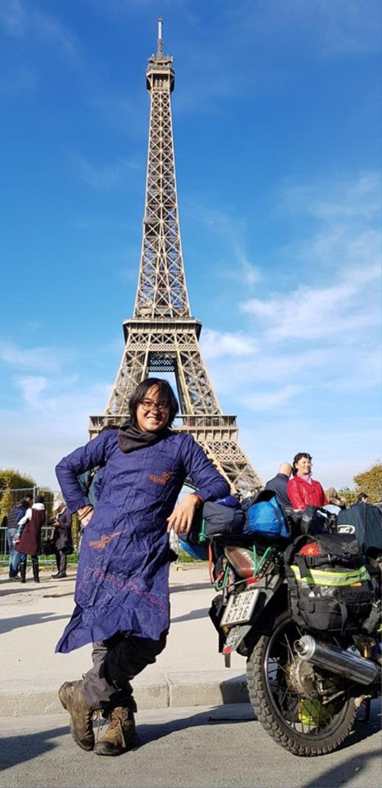 Thế nhưng, hôm qua, Đăng Khoa đã nhận về cho mình hơn 100k lượt thích trên Facebook khi thông báo: Sau 150 ngày, cuối cùng anh cũng đã có mặt tại thủ đô Paris của nước Pháp! Trong ảnh: Cùng chiếc Honda của mình, Khoa đã đặt chân đến nước Pháp sau 150 ngày!