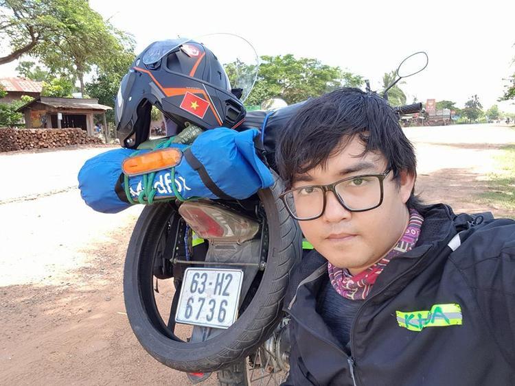 Vào đầu tháng 6, chàng trai có tên Trần Đặng Đăng Khoa (sinh năm 1987 tại Tiền Giang) đã khiến nhiều người chú ý khi tuyên bố bắt đầu chuyến đi phượt bằng xe máy qua 35 nước trong 2 năm! Chuyến đi dự kiến dài 50.000km đã bị nhiều người hoài nghi. Có người ủng hộ anh, nhưng cũng có người cho rằng anh bị… thần kinh và chuyến đi cũng sẽ bị kéo dài ra hơn so với dự kiến hoặc bị chấm dứt sớm.