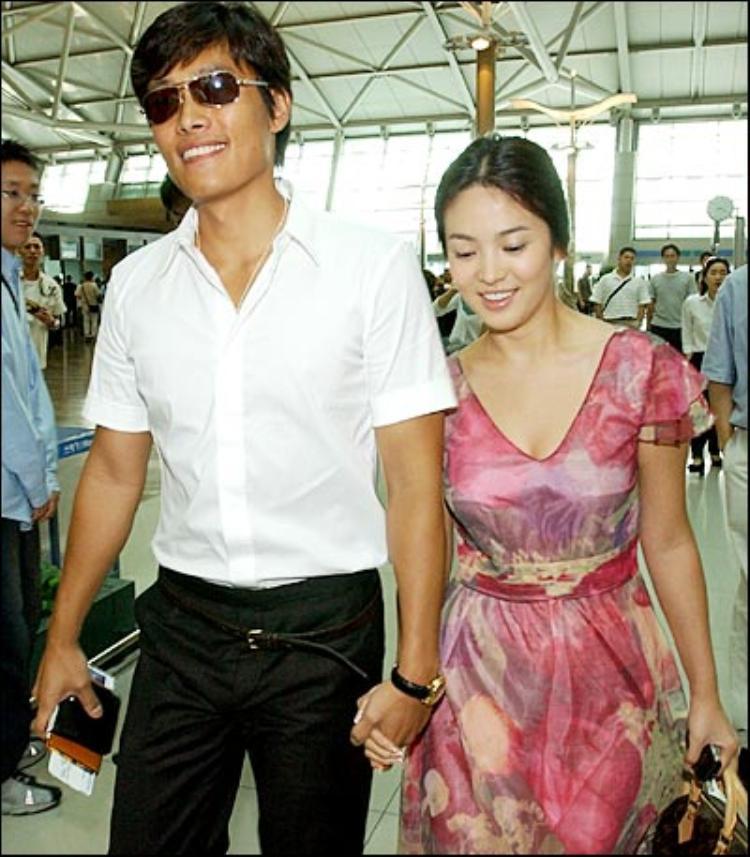 Cặp đôi tình tứ công khai nắm tay nhau tại sân bay.