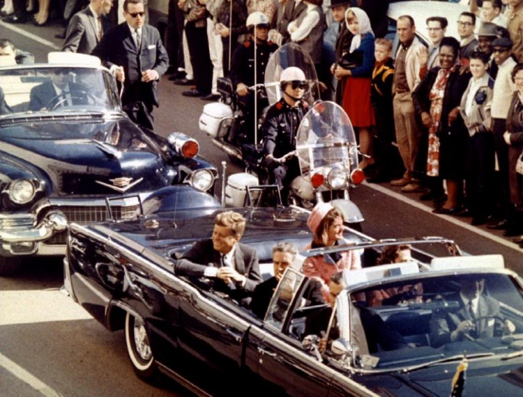 Khoảng 11h45 sáng 22/11, vợ chồng tổng thống cùng Thống đốc bang Texas John Connally quyết định thực hiện chiếc đi quanh thành phố trên chiếclimousine.