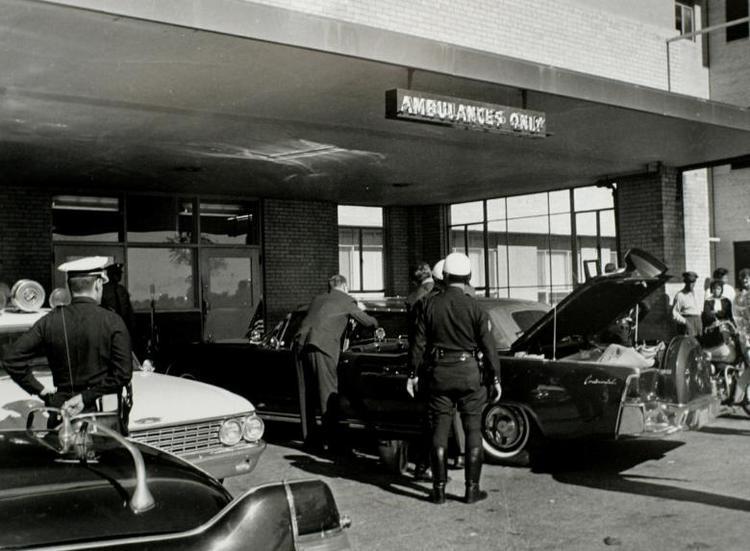 Nhân viên Mật vụ Mỹ khám xét chiếc xe chở tổng thống sau khi vụ ám sát xảy ra.