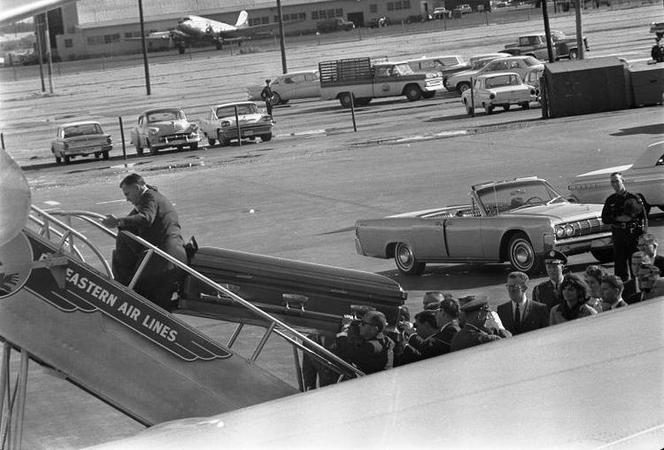 Chiều 22/11, xe chở thi hài Kennedy rời bệnh viện Parkland. Linh cữu ông Kennedy sau đó được đưa lên chuyên cơ Air Force One.