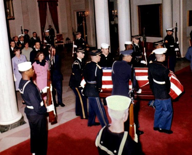 Đệ nhất phu nhân Jacqueline cùng em trai tổng thống - Bộ trưởng Tư pháp Robert F. Kennedy đưa linh cữu của ông Kennedy từ Dallas về Washington rạng sáng 23/11. Thi hài của ông được đặt trong Phòng Đông của Nhà Trắng 24 giờ.