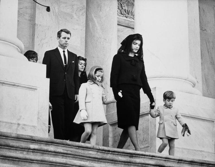 Gia đình của cố tổng thống tại tang lễ, gồm em trai Robert F. Kennedy, em gái sister Patricia Kennedy Lawford, con gái Caroline Kennedy, vợ Jacqueline Kennedy và con trai John F. Kennedy, Jr..