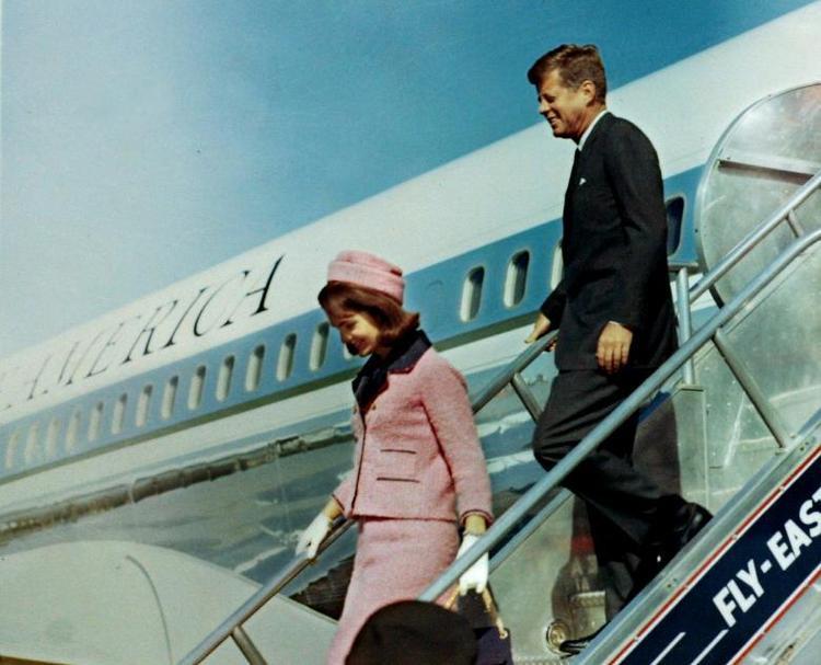 Ngày 22/11/1963, Tổng thống John F. Kennedy, Đệ nhất phu nhân Jacqueline Kennedy, tới thành phố Dallas, bang Texas để tham gia sự kiện vận động cho chiến dịch tranh cử tổng thống nhiệm kỳ kế tiếp. Trong ảnh, tổng thống và phu nhân bước ra từ chiếc Air Force One khi đặt chân đến Love Field, khoảng một giờ trước khi vụ ám sát xảy ra.