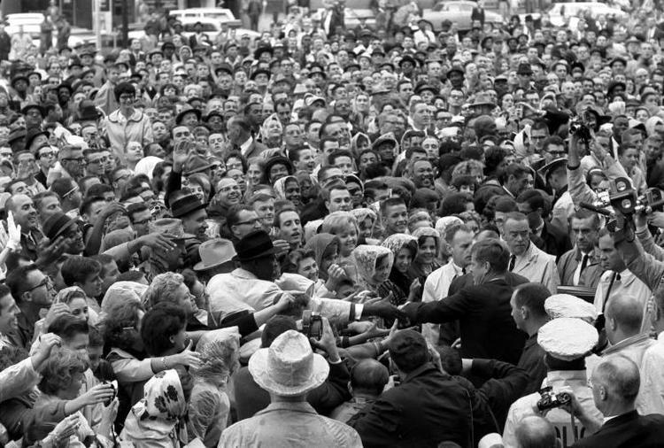 Người dân chào đón Tổng thống Kennedy ở bên ngoài bãi đỗ xe của khách sạn. Không ai ngờ rằng đây lại là chuyến đi cuối cùng của ông.