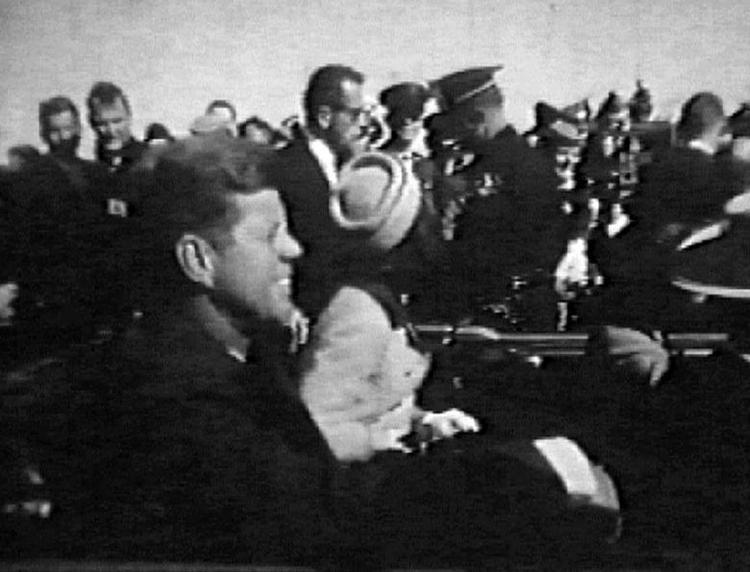 Khoảnh khắc Tổng thống Kennedy tươi cười được phát trên sóng truyền hình chỉ ít phút khi vụ ám sát xảy ra.