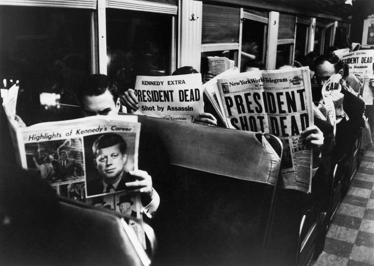 Tin tức về những phát súng nã vào đoàn xe tổng thống xuất hiện trên báo in.