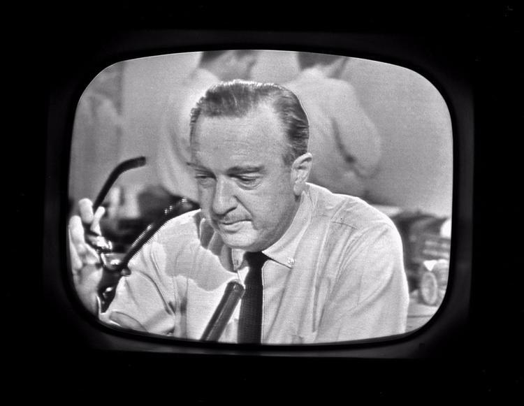10 phút sau, CBSlà kênh truyền hình đầu tiên của Mỹphát tin về vụ ám sát. Nhà báo, biên tập viên truyền hình Walter Cronkite tháo kính khi thông báo về cái chết của Kennedy.