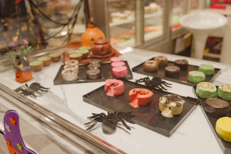 Đến đồ ăn bày bán trong đi cũng được tạo hình Halloween rất ấn tượng.
