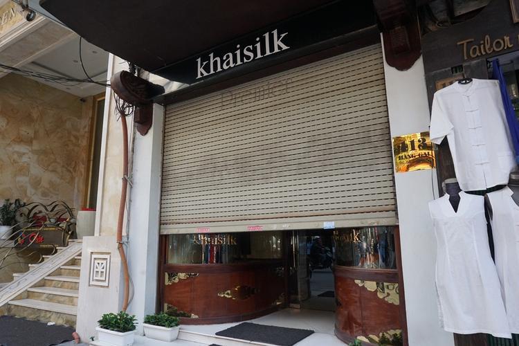 Cửa hàng Khaisilk trên phố Hàng Gai mở hé cửa đón khách.
