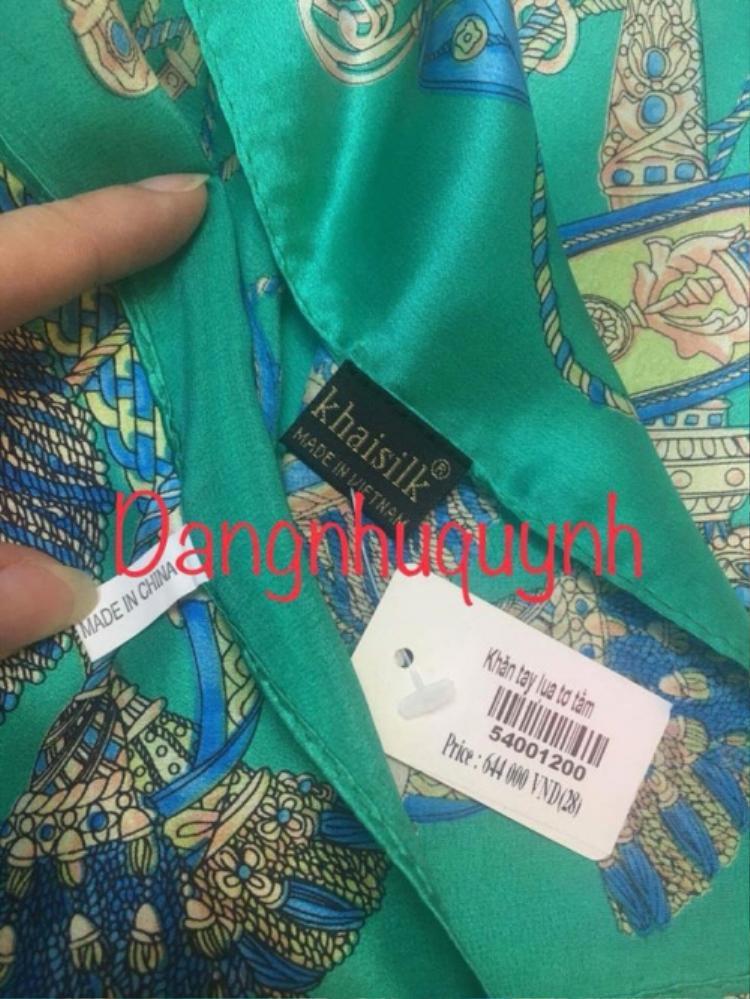 """Chiếc khăn có tới 2 nhãn mác là """"Made in China"""" và """"Made in Vietnam""""."""