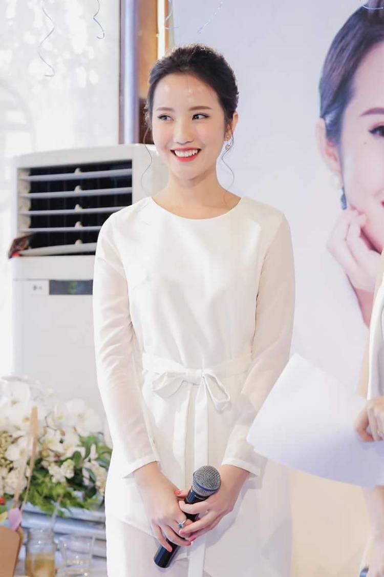 Mẫu váy được giản lược một cách tinh tế, thể hiện gout thời trang đẳng cấp của người đẹp. Điểm nhấn duy nhất đến từ chiếc nơ thắt nhẹ nhàng được đặt ngay eo cùng nụ cười bừng sáng giúp cô gái sinh năm 1992 nổi bật ở sự kiện.