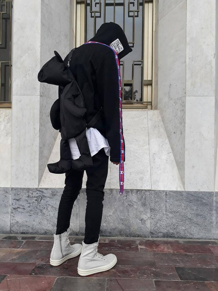 Muốn ăn mặc đơn giản mà vẫn cuốn hút, hãy học hỏi cách mix đồ của chàng trai này. Chỉ cần item balo độc-lạ có 1-0-2 này mix cùng với sneaker Rick Owens, bạn sẽ không sợ nhạt nhoà giữa đám đông.