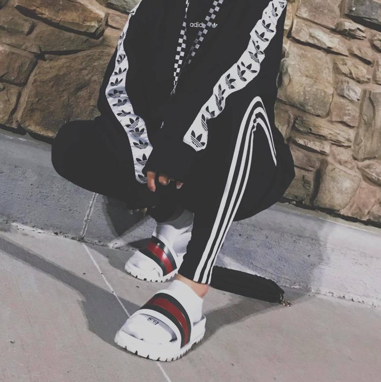 Tín đồ adidas thực thụ là đây. Đừng tưởng set đồ adidas chỉ dùng khi tập thể thao, nó còn phù hợp với những bạn không cầu kỳ nhưng lại thích khác biệt, nhưng vẫnbắt kịp xu hướng, lại đơn giản, thoải mái.