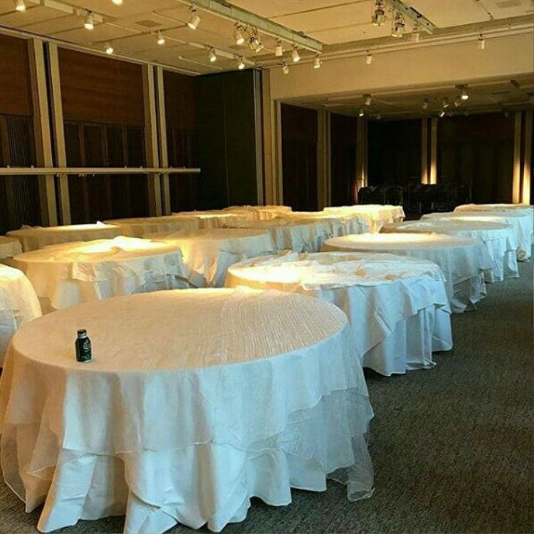 Trong phòng hội nghị, những bàn tiệc cũng đã được phủ khăn trắng. Có vẻ như màu sắc chủ đạo sẽ là màu trắng trang nhã.