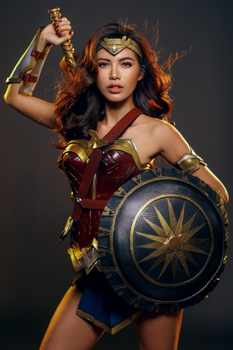Hâm mộ Gal Gadot, Minh Tú hóa thân thành Wonder Woman