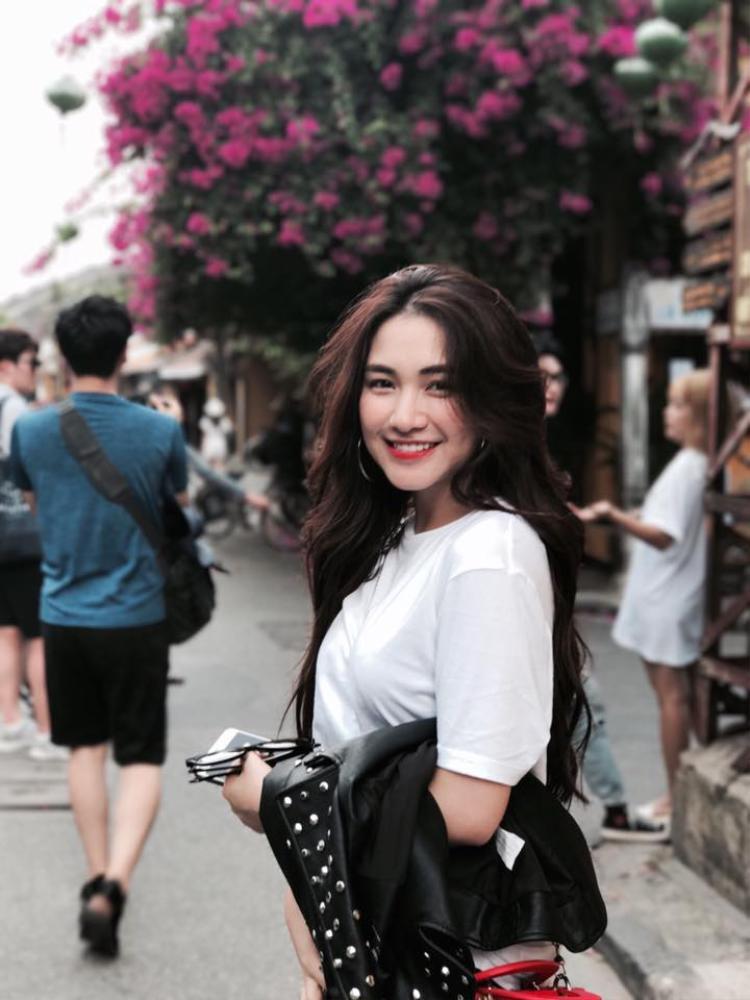 Sau khi nổi tiếng, Hoà Minzy đã dành một phần tiền giúp bố mẹ trả nợ xây nhà cũng như mua sắm những vật dụng cần thiết cho gia đình ở vùng quê Bắc Ninh.