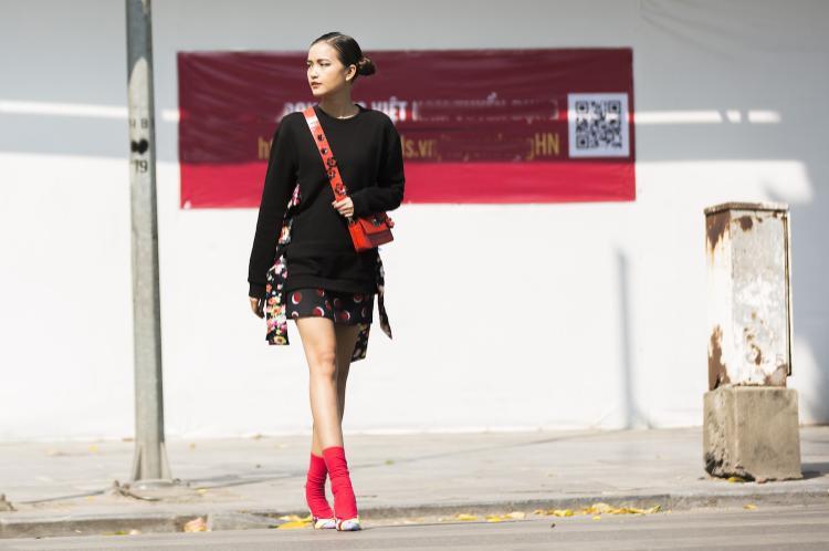 Quán quân Vietnam's Next Top Model 2016 tiếp tục xuất hiện trong ngày thứ hai với phong cách trẻ trung khá giống ngày đầu. Sự lựa chọn của cô cũng khá an toàn và kém nổi bật.